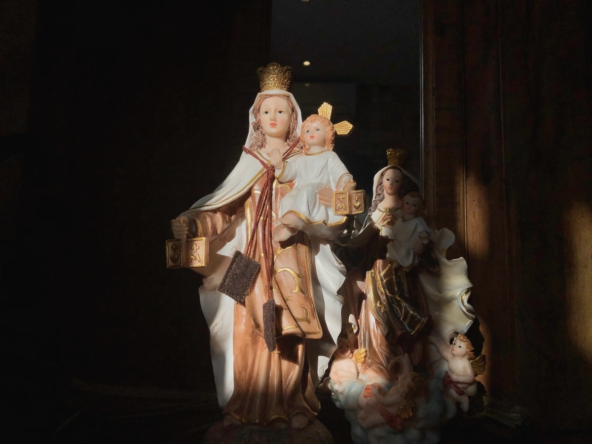 Figure of Mother Mary holding baby Jesus